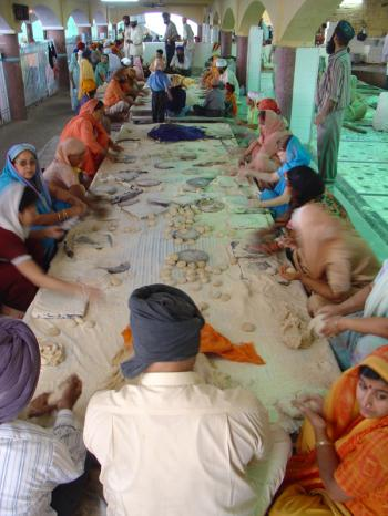 chapati rolling at the langar