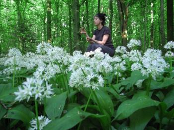 Culiblog author caught foraging and eating ramps in the Amsterdamse Bos, culiblog.org