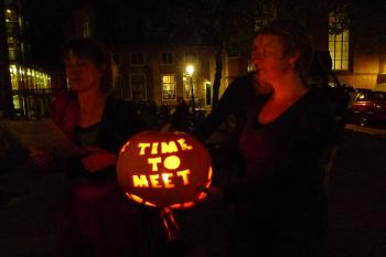 A pumpkin gifted by Transition Town Utrecht's Alowieke, at the Utrecht Manifest Ultimate Meeting, a dinner hosted by Debra Solomon, in the Centraal Museum Utrecht.